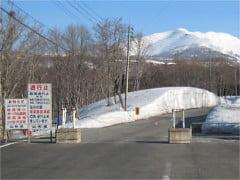 月山スキー場に向かう道