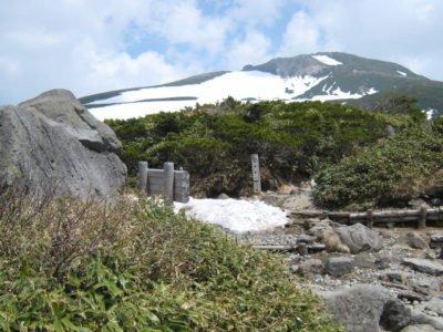 黒ボコ岩より御前峰を望む