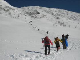 山頂へと続く人の列