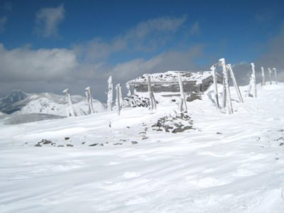 硫黄岳山頂雨量計跡