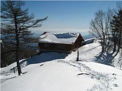 雲取山山頂直下の避難小屋