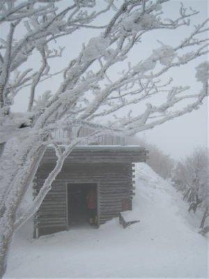 高見山山頂の避難小屋